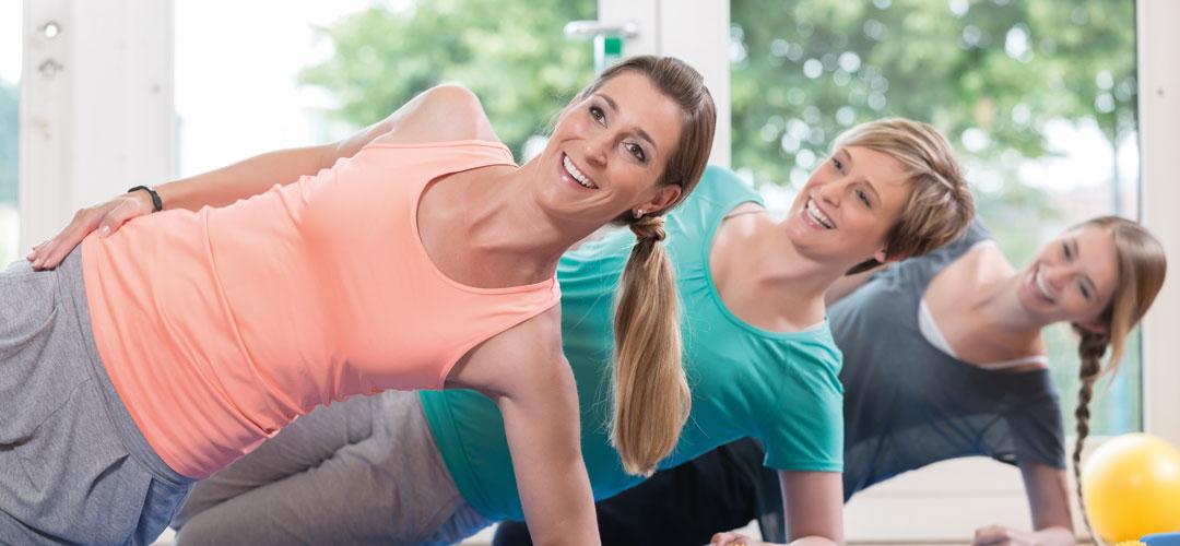 Junge Frauen beim Pilates-Training